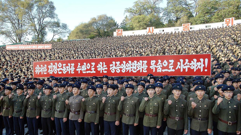 Jóvenes reunidos en Pyongyang en un acto contra Estados Unidos.