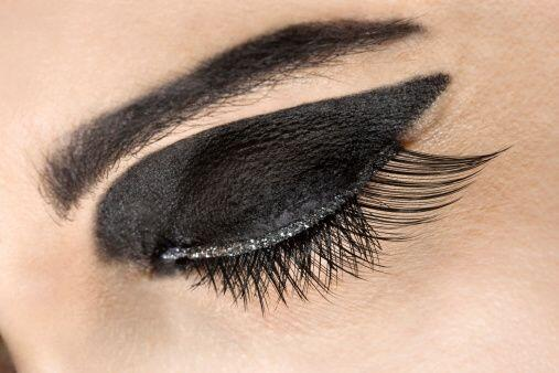 Los ojos con delineado grueso y sombra levemente esfumada resaltarán más...
