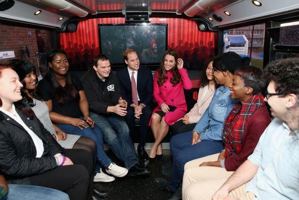 Los Duques visitando a unos chicos que remodelaron un autobús.