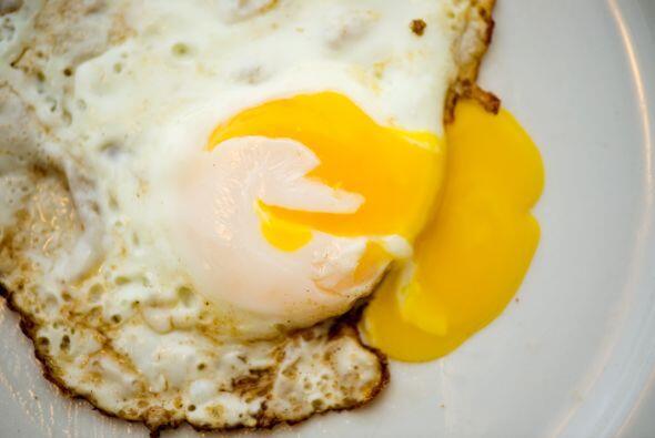 El huevo tiene hierro, vitamina B2 y lecitina. Esto se traduce en que es...
