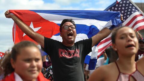 Celebración de la muerte de Castro frente al restaurante Versailles de M...