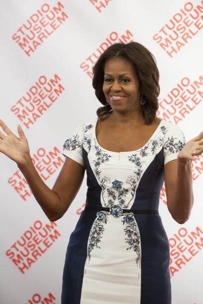 Michelle Obama lució un lindo vestido azul y blanco adornado con...