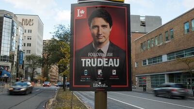 Un cartel de Justin Trudeau en una calle de Montreal, Canadá, en la camp...