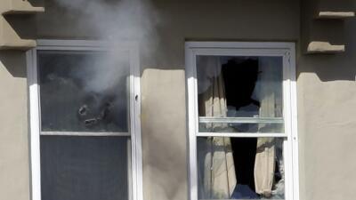 Humo saliendo de las ventanas a consecuencia del tiroteo.