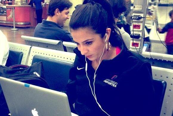 Maity no suelta la computadora. Trabajando desde el aeropuerto de Río.