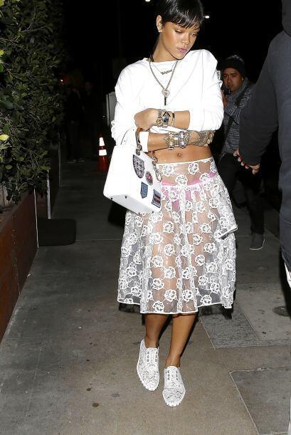 Para disfrutar el calor de la primavera Rihanna decidió ponerse la falda...