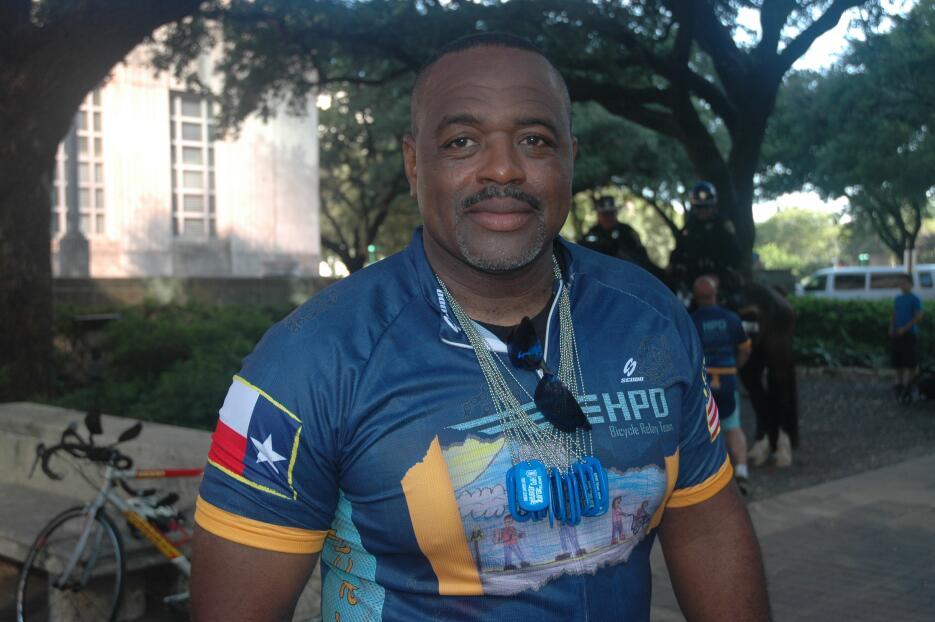 Policías de Houston pedalean miles de millas por una buena causa