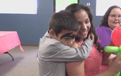 Padres e hijos de familias separadas celebran su reunificación