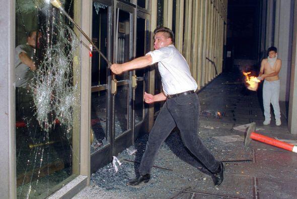 Los disturbios arreciaron y la violencia se multiplicó, tanto entre los...