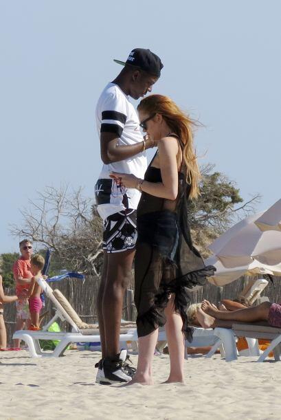 La actriz llevaba unos shorts de jean, un bikini negro y una túnica negra.