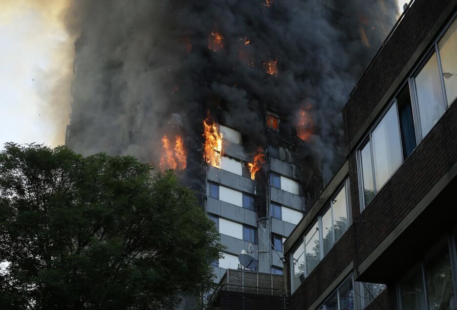 El fuego ha estado ardiendo por más de tres horas y se extiende desde el...