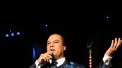 Juan Gabriel sigue triunfando con su gira de conciertos y la promoción d...