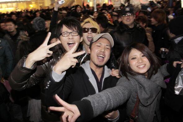 Así se festejó en Shibuya, en Tokio, Japón el año nuevo.