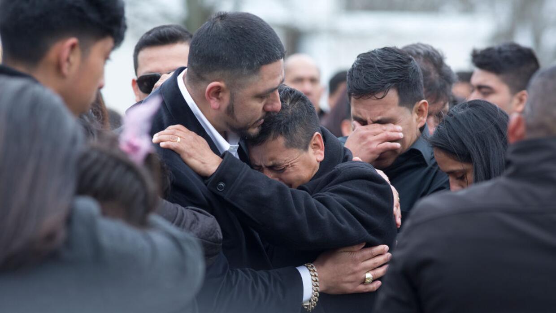 El padre de Justin Llivicura es consolado en el funeral de su hijo. Lliv...