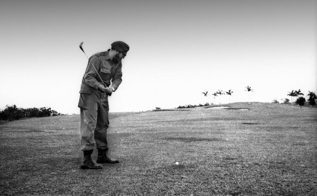 El líder cubano juega golf en el club Colinas de Villa real de la Habana...