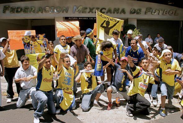 Muchos hinchas protestaron en la puerta de la Federación Mexicano exijie...