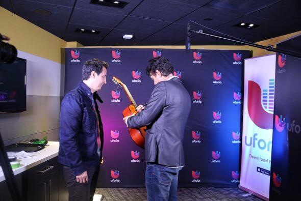 Autografiándo la guitarra de Ysaac.
