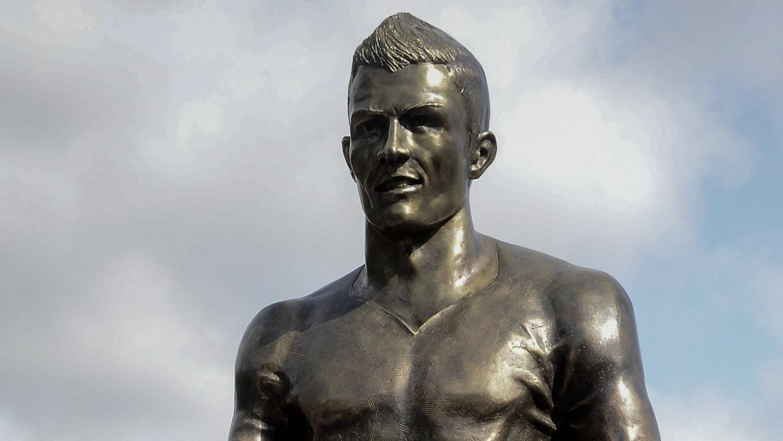 Estatua de CR7 pintada con nombre de Messi