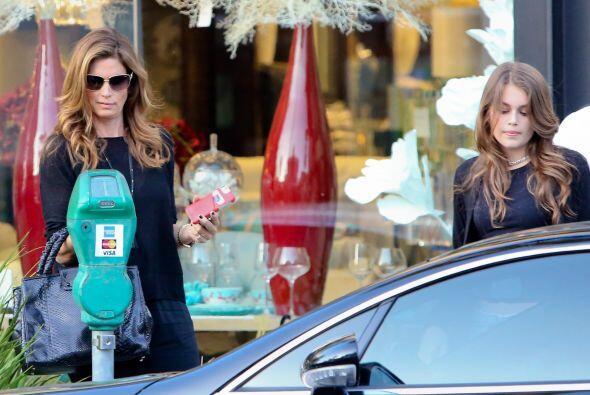Mamá e hija salieron de compras.