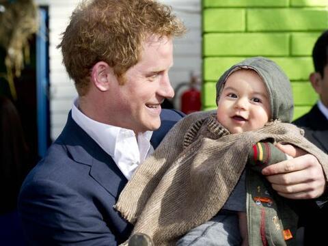 El príncipe Harry de Inglaterra, quien inició una visita o...