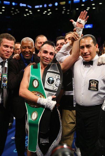 La pelea llegó a los 12 rounds y los jueces dieron: 116-111, 117-110, 11...