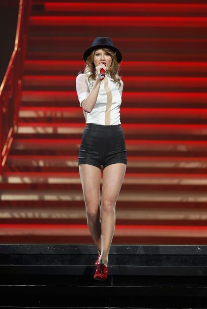 Taylor Swift por poco se queda chimuela, pues durante una de sus present...