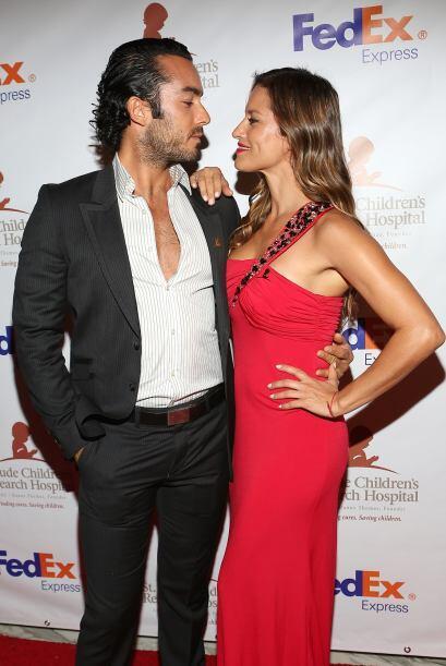 El galán de telenovelas iba muy bien acompañado por su bella esposa Lola...
