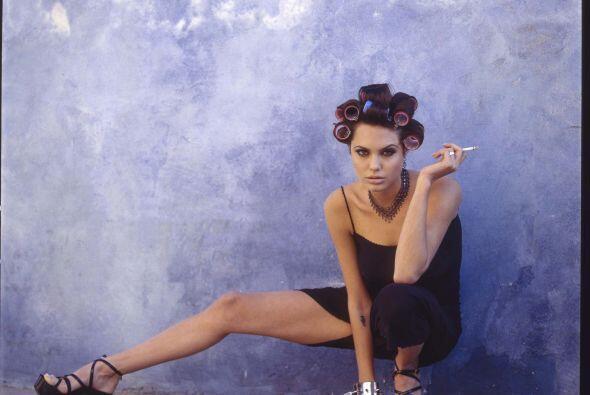 Y hay que ver la elasticidad de la Jolie a los 19.