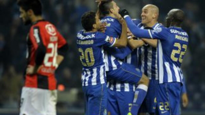 Los jugadores del Oporto felicitan a Héctor Herrera.