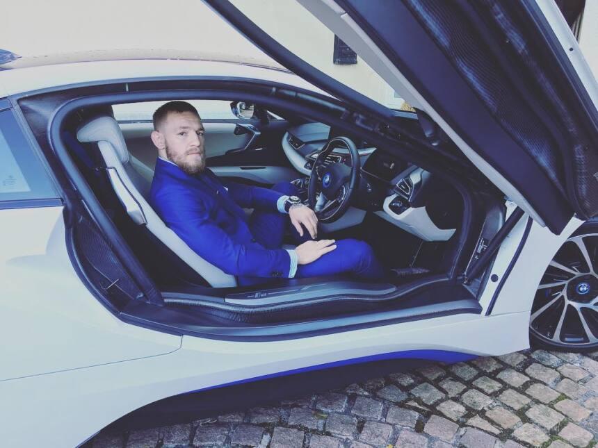 Conor McGregor sentado en su BMW i8, el vehículo eléctrico de la marca a...