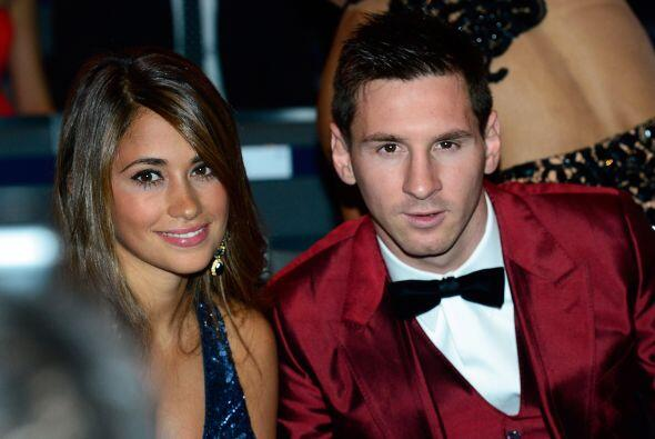 Un curioso traje el que eligió Lionel Messi, en tono rojo, acompañado de...