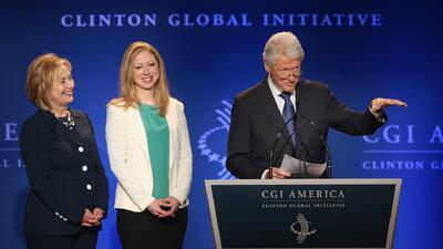 Bill Clinton y su esposa Hillary serán abuelos este año, así lo dijo su...