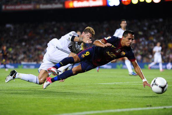 A pesar de la caída un tanto aparatosa del chileno, el árbitro no marcó...
