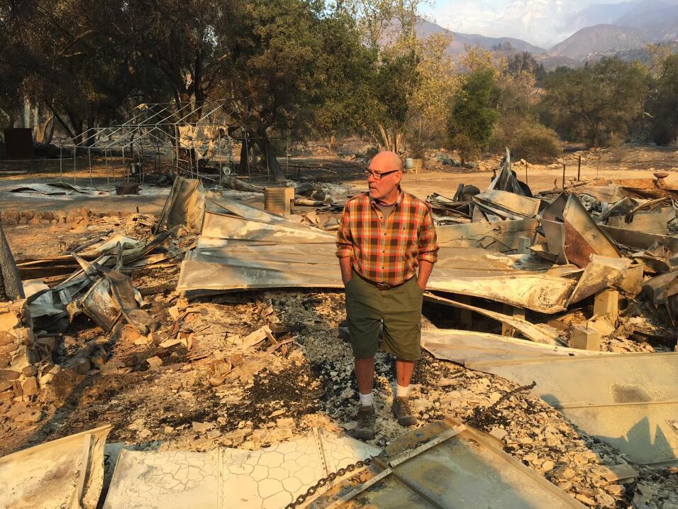Jake Colborn camina con cautela sobre los escombros del que fue su hogar...