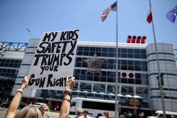 """Esta pancarta lee """"La seguridad de mis hijos es más importante que tu de..."""