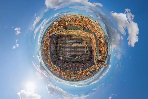 La plaza Mayor de Madrid, España vista desde arriba y con este efecto pa...