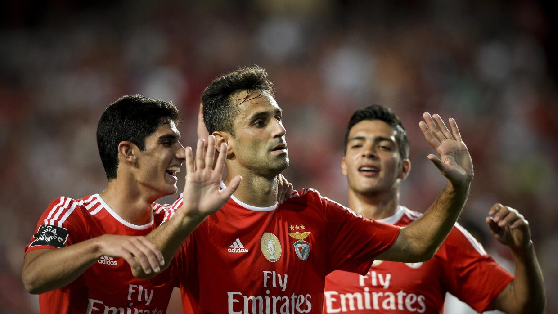 Raúl Jiménez colaboró con un gol en la victoria del Benfica.