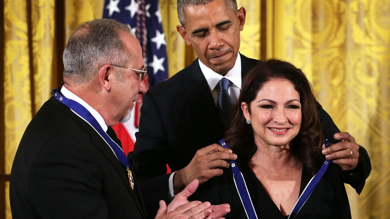 El presidente Barack Obama impone la Medalla de la Libertad a Emilio y G...