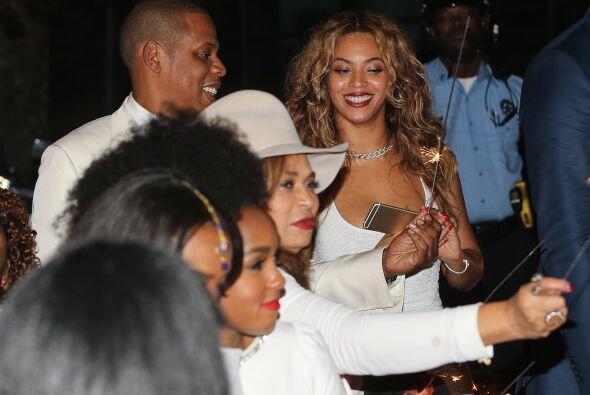 """Y al lado de Beyoncé estuvo su Jay-Z, sin importar las """"patadas voladora..."""