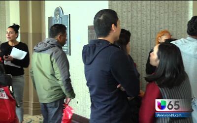 Los trabajadores del clausurado Trump Taj Mahal hacen fila para desempleo