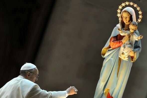 """2013- 2 de diciembre  Expresó su """"compasión"""" y aseguró """"su oración a cad..."""