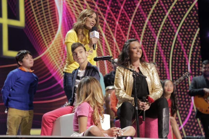 "Shaila Dúrcal junto a Adrian Martín Vega interpretando ""Que canten los n..."