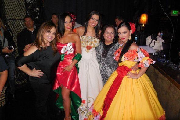 Todas las chicas, con tremenda voz, posando con Maria Elena y Silvia.