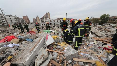 Bomberos en el lugar donde ocurrió la explosión en una nav...