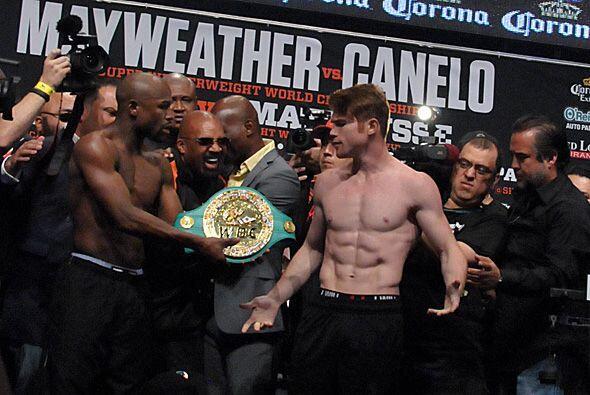 'Canelo' no quiso recibir el cinturón por parte de Mayweather Jr., quien...