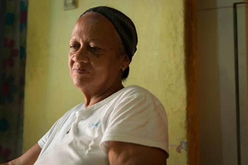 María Miñango tiene 60 años y tiene que levantarse...