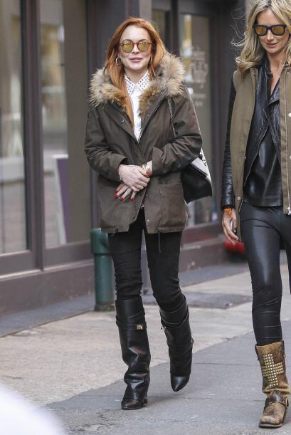 Las dos bellas mujeres caminaron por las calles de Nueva York.Mira aquí...