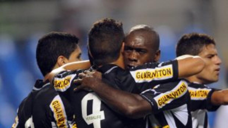 El holandés Clarence Seedorf fue fundamental en el triunfo del Botafogo...