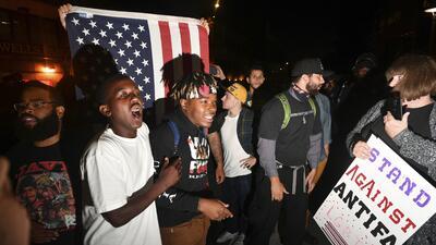 Manifestantes durante la protesta afuera de la conferencia de Ben Shapir...