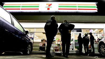 Agentes de inmigración ingresaron a un 7-eleven de Los Áng...
